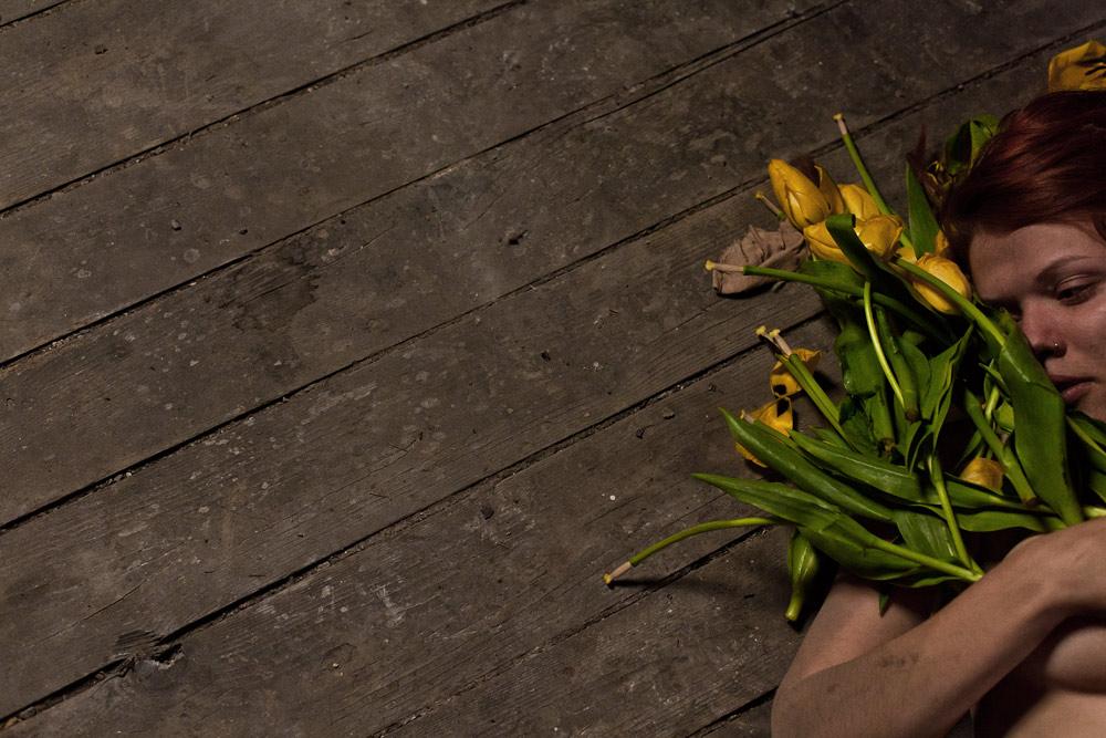 Frau rothaarig akt gelb tulpen